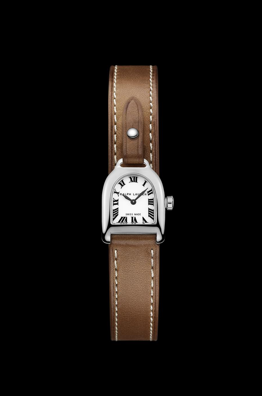 Stirrup Mini en acier, 13 x 12 mm, mouvement à quartz, bracelet interchangeable en veau. 2 050 €. Ralph Lauren.