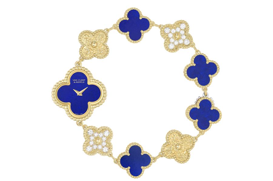 Sweet Alhambra en or jaune, 23 x 23 mm, mouvement à quartz, bracelet en or jaune, diamants et lapis lazuli. 25 500 €. Van Cleef and Arpels.