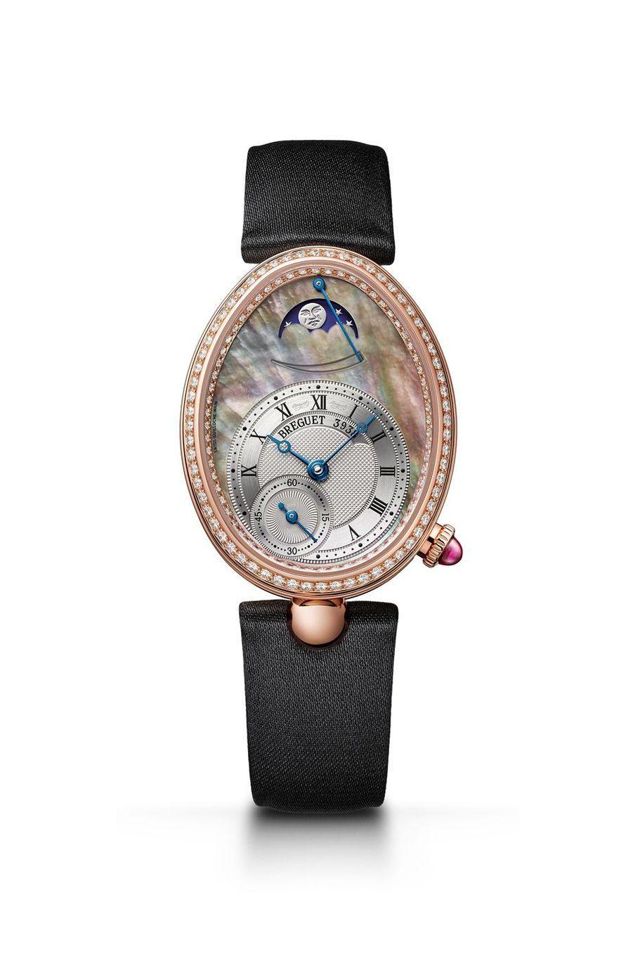 Reine de Naples en or rose, lunette sertie de diamants, cadran en nacre, mouvement automatique avec heures et minutes décentrées, petite seconde et indicateur des phases de lune, bracelet en satin. Breguet. 35 200 €.