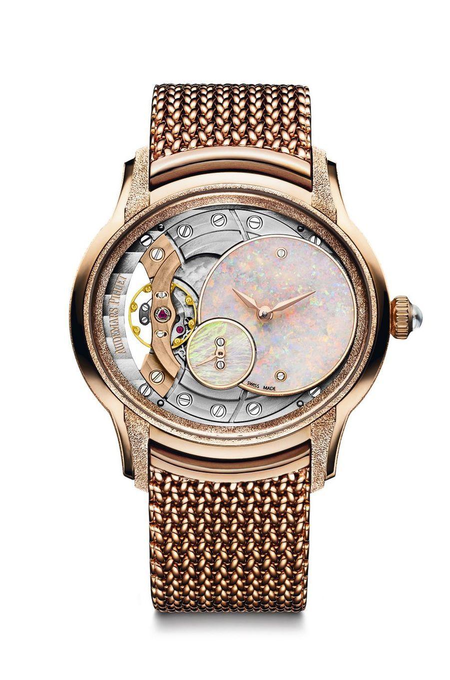 Millenary Frosted Gold en or rose, cadran en opale, mouvement squelette à remontage manuel avec heures et minutes décentrées, bracelet en or rose. Audemars Piguet. 53 900 €.