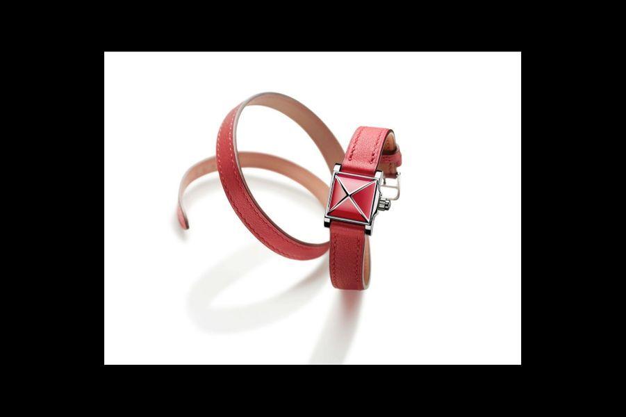 Médor Rock en acier laqué, 16 x 16 mm, cadran laqué, mouvement à quartz, bracelet triple tour en veau swift. Hermès. 2 950 €.