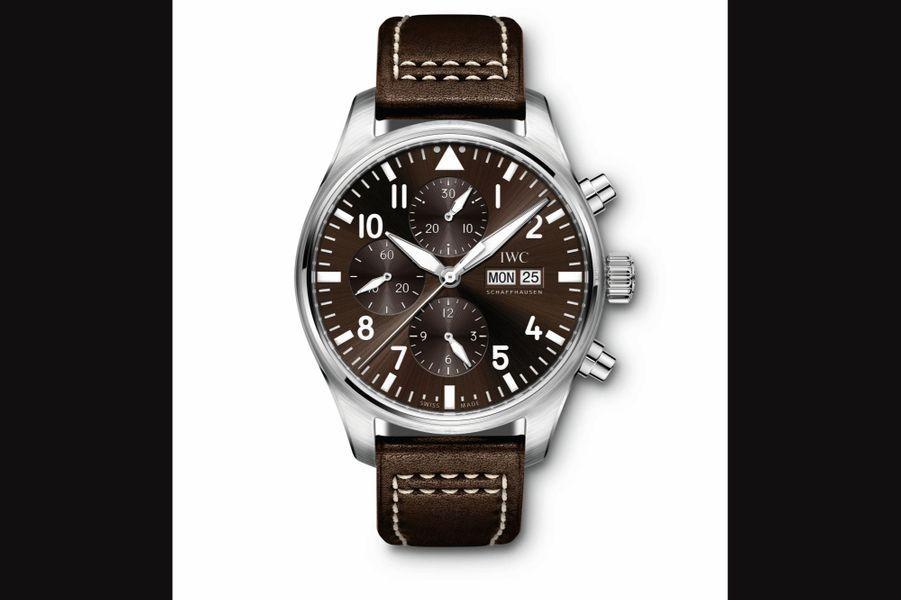 Chronographe Edition Antoine de Saint-Exupéry en acier, 43 mm de diamètre, mouvement automatique, bracelet en cuir. 5 500 €. IWC.