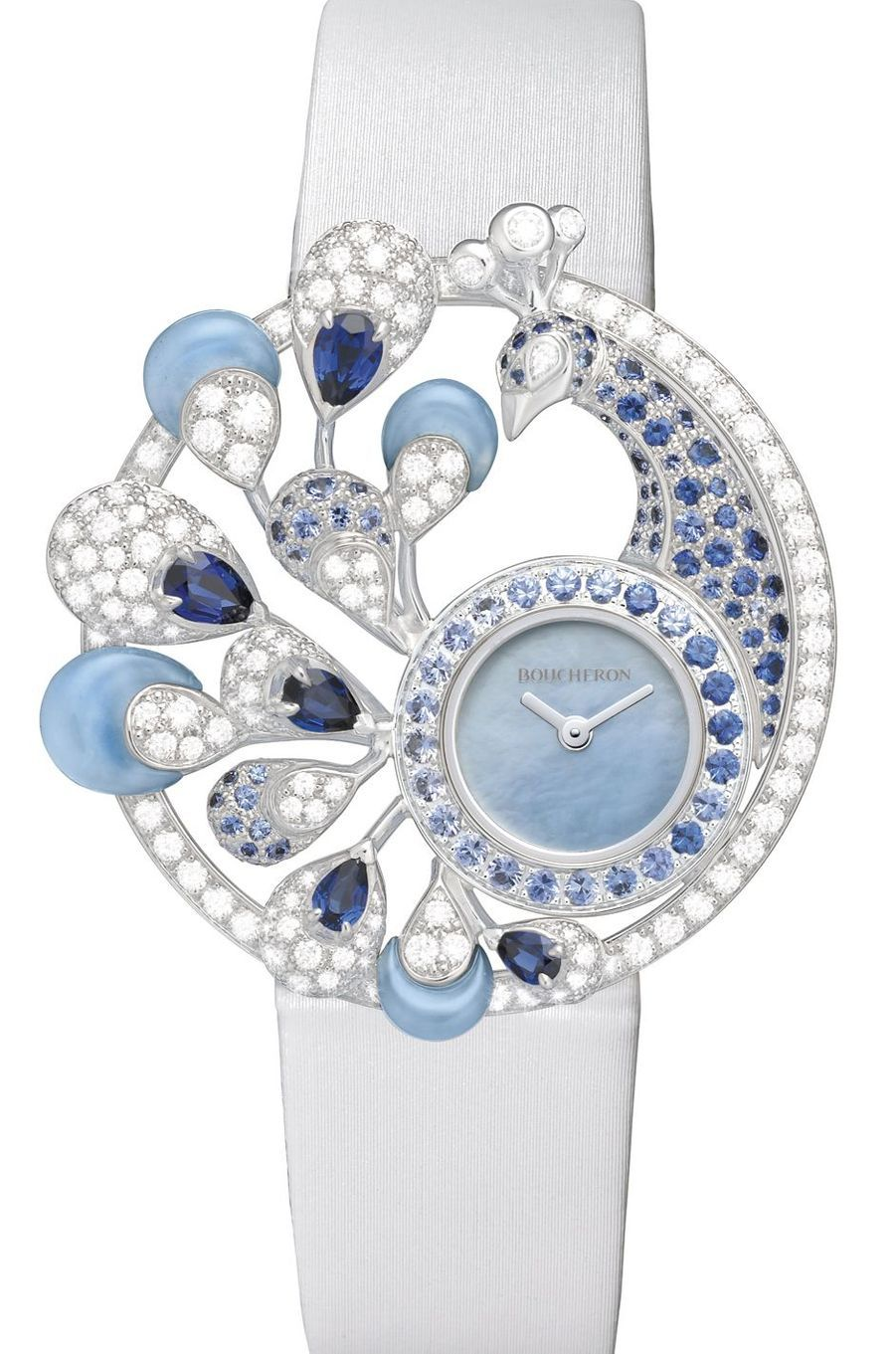 Héra en or blanc sertie de diamants, saphirs bleus et calcédoines, mouvement à quartz, bracelet en satin, cadran en nacre. Boucheron. 76 500 €.