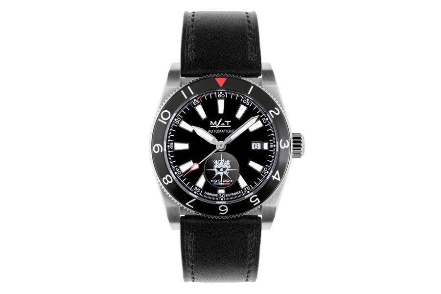 GSPR en acier, 42, 5 mm de diamètre, mouvement automatique avec date par guichet, bracelet en cuir. MAT Mer-Air-Terre. Série limitée à 150 exemplaires. 1 650 €.
