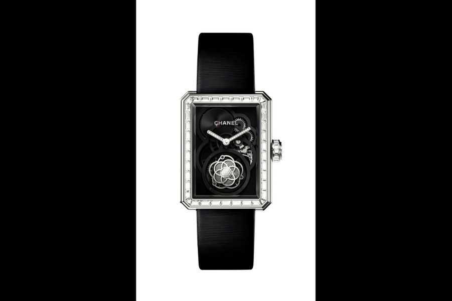 Première Tourbillon Volant en or blanc, 28, 5 x 37 mm, lunette sertie de diamants, cadran squelette, mouvement à remontage manuel, bracelet en satin, série limitée à 12 exemplaires. Chanel. 330000 €.