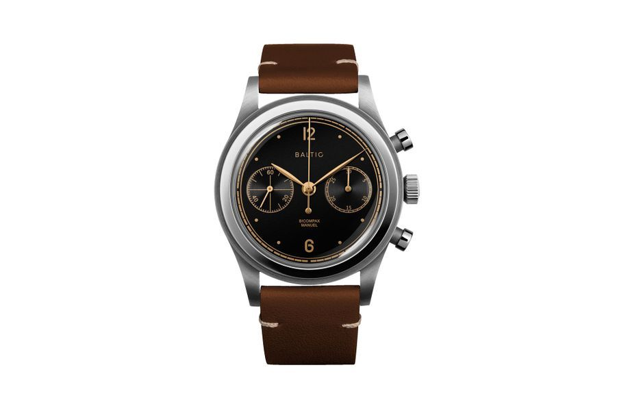 Bicompax 001 en acier, 38 mm de diamètre, mouvement chronographe à remontage manuel, bracelet en cuir. Baltic. 649 €.
