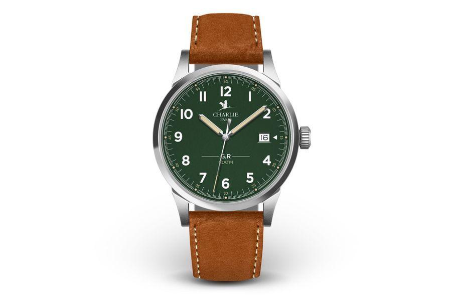 GR en acier, 39 mm de diamètre, mouvement à quartz avec date par guichet, bracelet en cuir. Charlie Paris. 215 €.