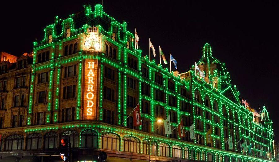 Le mois d'octobre n'est pas fini que déjà les illuminations de Noël apparaissent sur la façade du célèbre magasin londonien Harrods.