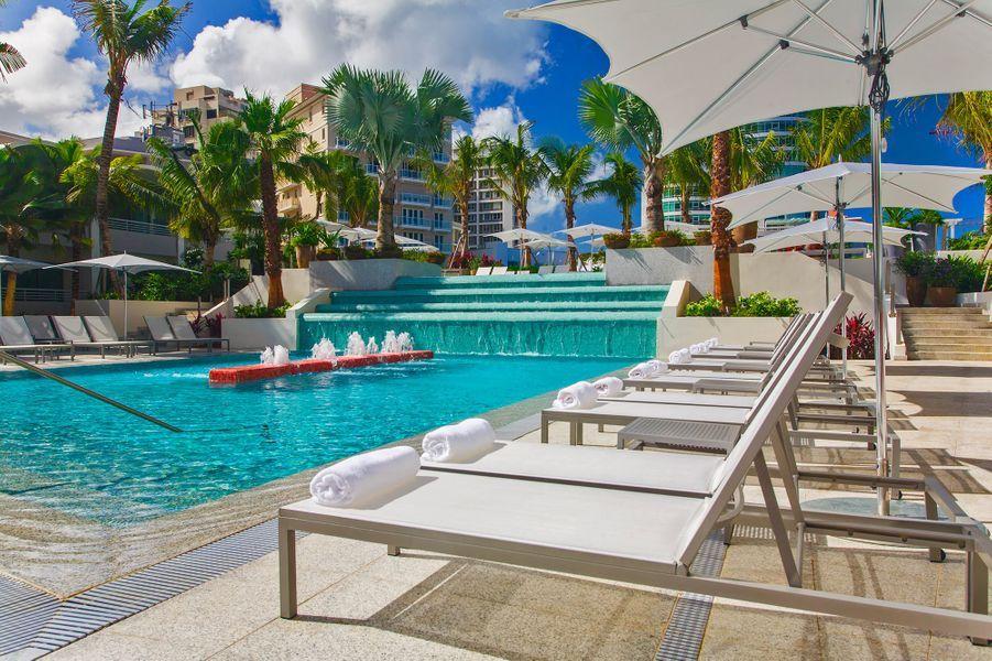 Siroter unePiña ColadaàLa Concha Renaissance San Juan Resort (San Juan, Puerto Rico).