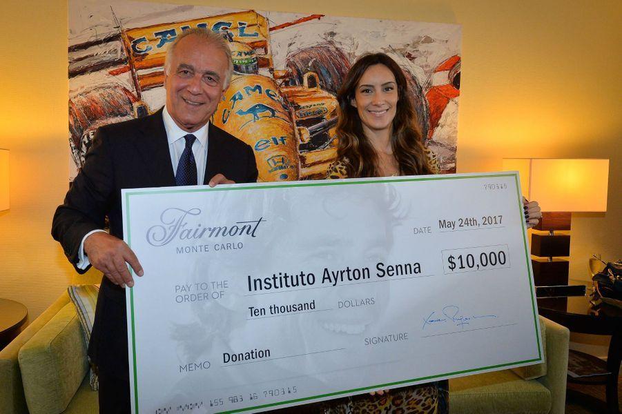 XavierF.Rugeroni, directeur du Fairmont Monte-Carlo, offre à Bianca Senna un chèque de 10 000 dollars pour l'Institut Ayrton Senna.
