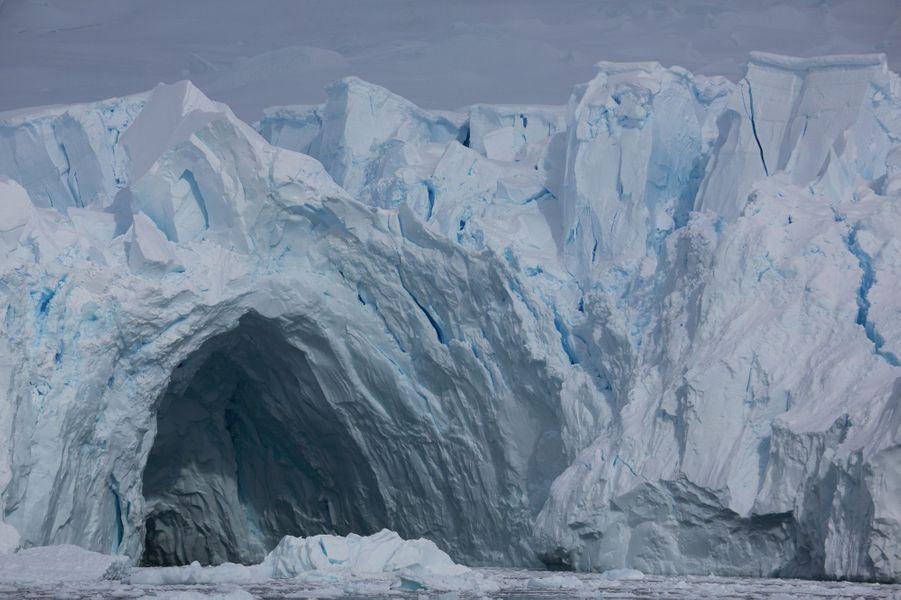 24 décembre dans Paradise Harbour, le bien nommé. Au pied d'un glacier, une grotte de 30 mètres de hauteur. Somptueuse mais éphémère.
