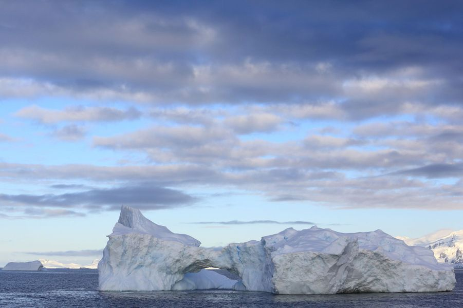 1er janvier, l'année commence dans le détroit de Gerlache, face à l'arche éphémère d'un iceberg. S'il présente des parois irrégulières, d'autres semblent nimbés de velours…