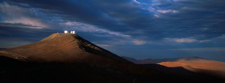 Erigé sur le sommet du Cerro Paranal, le VLT.