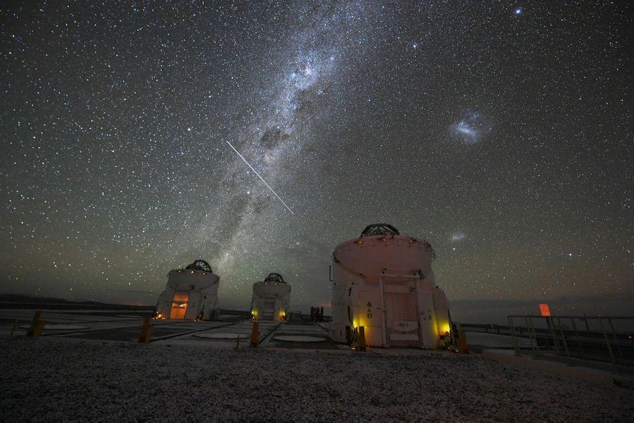 A 2 635 mètres d'altitude, le Very Large Telescope (VLT) est le plus performant du monde. La salle où les astrophysiciens recueillent les données collectées se trouve en dessous de ces coupoles.
