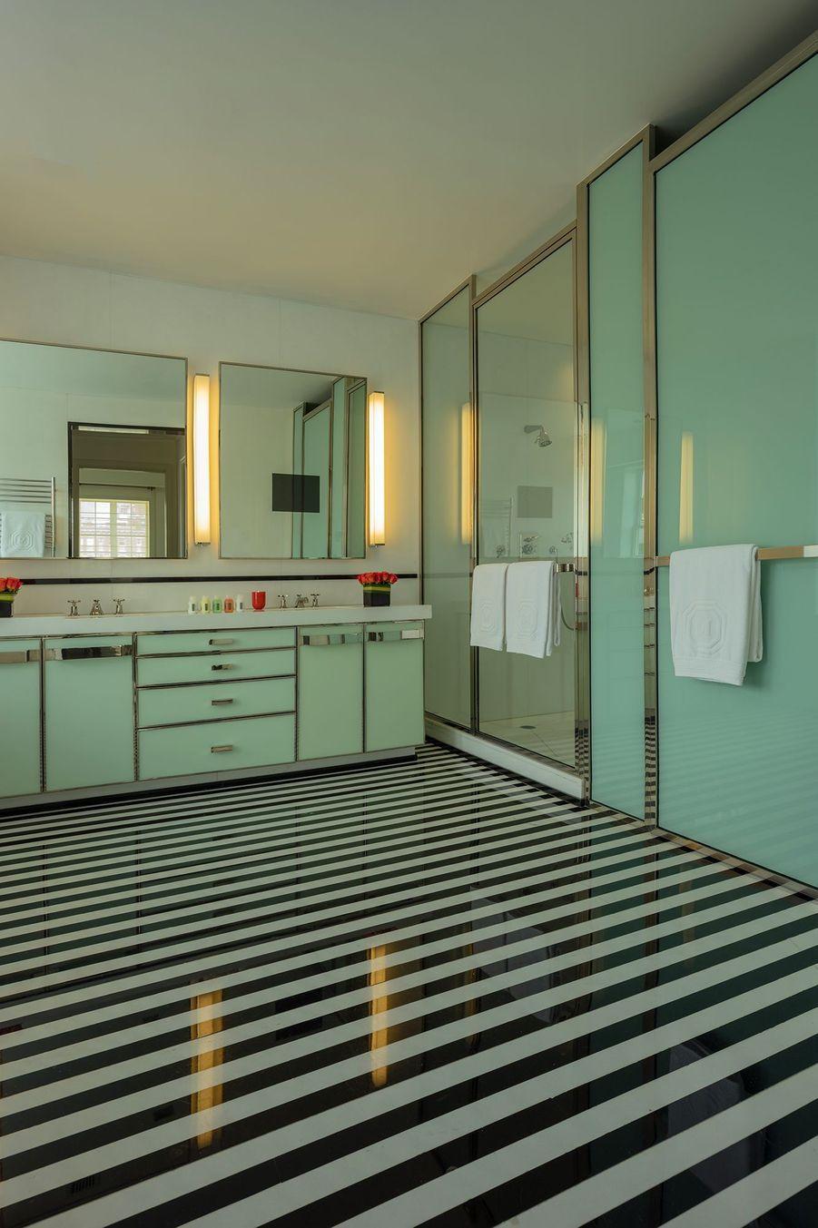 La grande salle de bain.