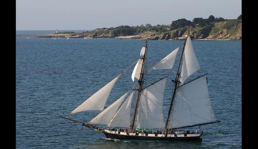 Réplique d'un ancien bateau militaire en bois, « La Recouvrance », ambassadrice de la ville de Brest, navigue au large pour confirmer le dicton: « Qui voit Belle-Ile voit son île. »