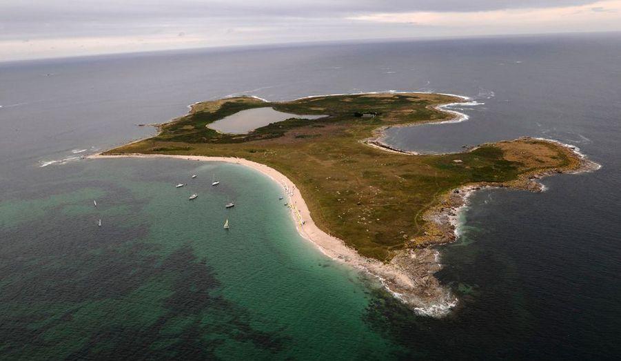 Dans l'archipel de Glénan, cette île est ainsi baptisée en référence à son étang (loc'h signifie plan d'eau en breton). Ce territoire privé ne compte que deux habitations.