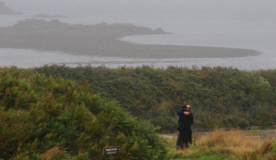 Comme ces amoureux, les visiteurs profitent d'une nature intacte, peuplée d'oiseaux. Les trois îles de l'archipel constituent la réserve naturelle de la mer d'Iroise. Autrefois, on y ramassait le goémon pour le transformer en soude.
