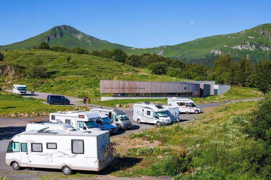 Camping-cars et caravanes au col de Serre, Auvergne-Rhône-Alpes.