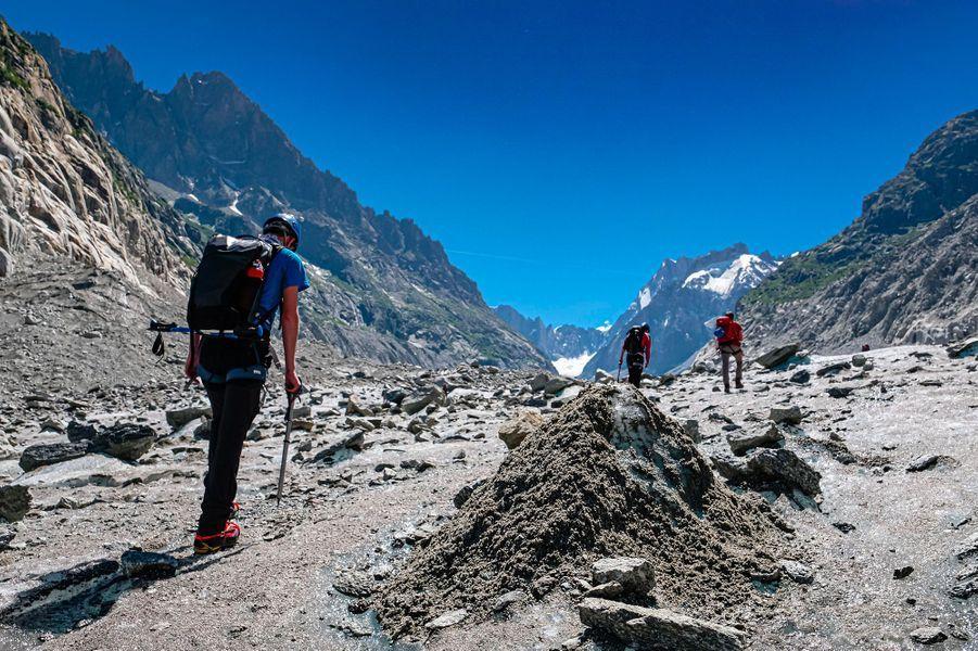 En route vers la Mer de Glace, un glacier de vallée alpin situé sur le versant septentrional du massif du Mont-Blanc.