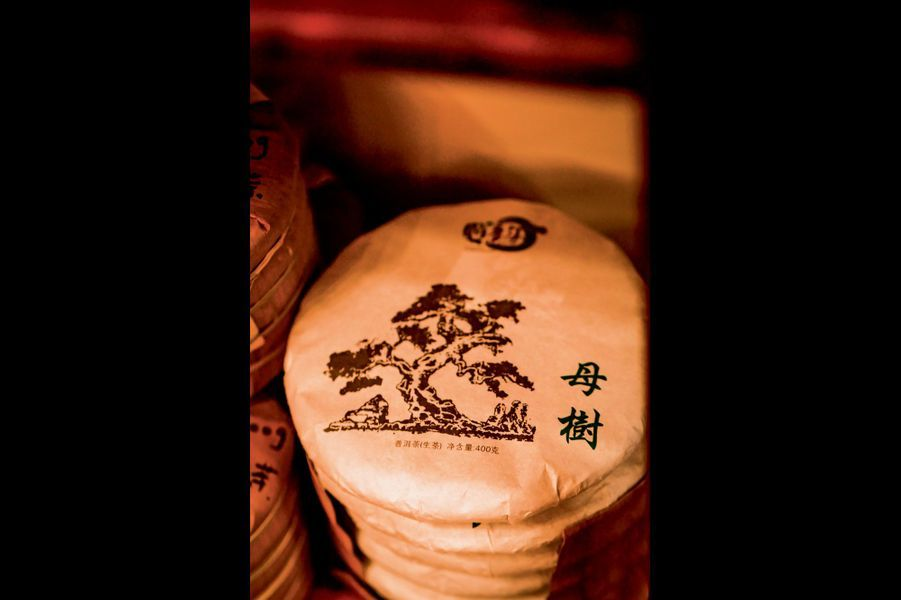 Compacté, le thé est emballé dans du papier chinois et rangé comme des disques précieux.