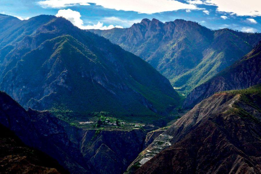 La route du Thé est un périple qui s'enfonce derrière ces hautes montagnes. Nous sommes ici aux portes des hauts plateaux tibétains.