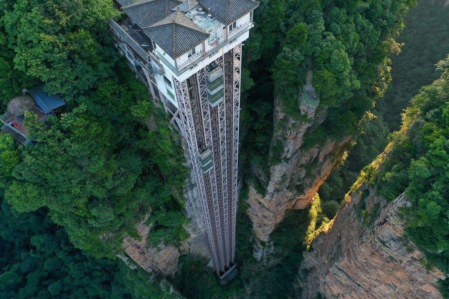 L'ascenseur Bailong («Cent dragons»), situé dans la province montagneuse du Hunan (Chine), est reconnu depuis 2015 par le Livre Guinness des records comme «l'ascenseur extérieur le plus élevé du monde»: 326 mètres !