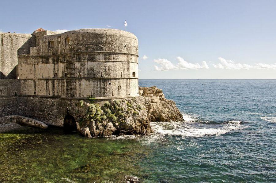 En marchant quelques minutes le long de la mer, on atteint cet édifice semi-circulaire qui défendait l'entrée de la ville close. Bâti au XVe siècle par l'architecte florentin Michelozzo, il apparaît de nombreuses fois à l'écran dans les saisons 2 et 3.