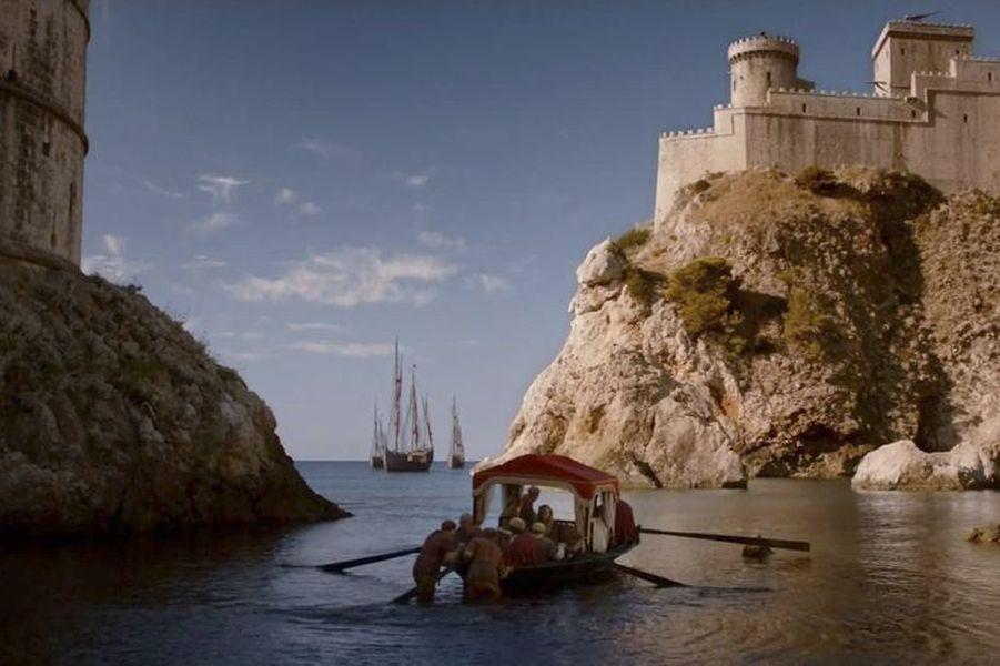 Depuis la saison 2, les tournages s'enchaînent dans la cité fortifiée. Castée pour son architecture exceptionnelle, la perle de l'Adriatique sert de décor à Port-Réal, capitale imaginaire du royaume des Sept-Couronnes. Les fans affluent. Visite en six étapes des lieux emblématiques.Perchée sur la falaise, à l'extérieur des remparts, elle incarne Red Keep, l'impressionnant château, à la fois résidence et lieu de pouvoir, des rois de Westeros. En contrebas, la baie qui a servi de décor naturel à la spectaculaire bataille navale de Blackwater, lors de la guerre des Cinq-Rois.Par Anne-Laure Le Gall