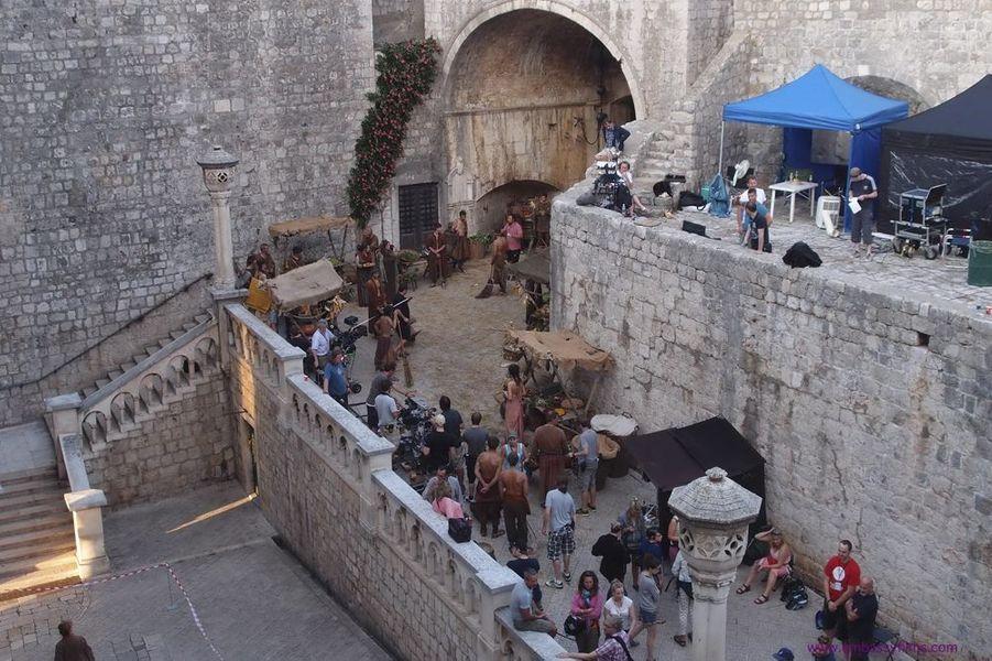 D'époque Renaissance, c'est encore aujourd'hui l'accès principal de la cité. De nombreuses scènes de marché ont été tournées à ses abords. C'est par là que Jaime Lannister fait son retour à Port-Réal (saison 3), franchissant les lourdes portes de bois et la muraille de 6 mètres d'épaisseur.