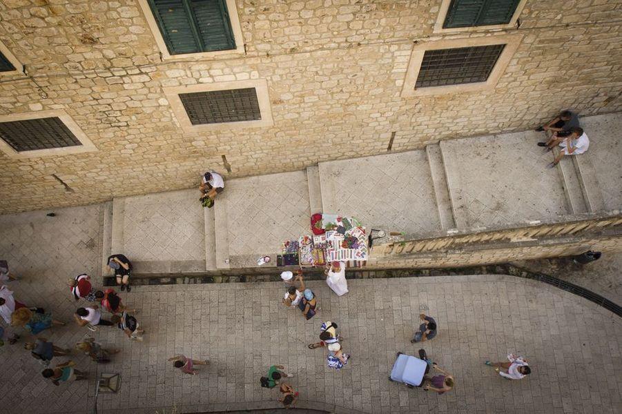 Proche du port, étroite et sinueuse, elle mène au couvent des Dominicains. C'est l'une des rues pavées les plus typiques de la cité croate. Pas étonnant qu'elle apparaisse dans plusieurs scènes de marché, encombrée d'étals et de petit bétail. Le meurtre des fils biologiques du roi Robert s'y déroule aussi.