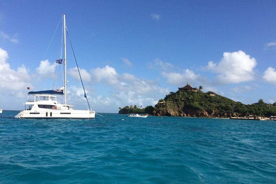 A gauche, Necker Belle, le catamaran de Branson où séjournent les guests importants mais pas assez pour séjourner sur l'ile....