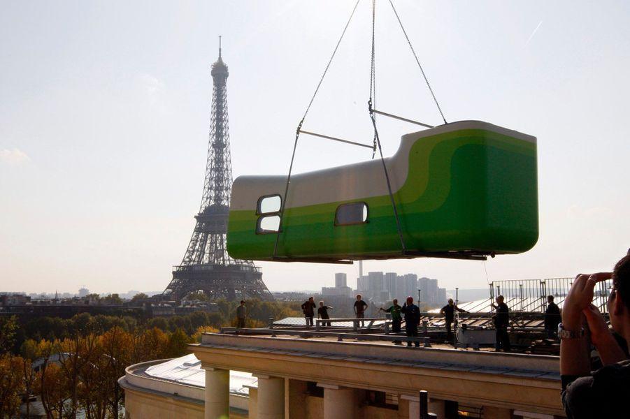 L'hôtel Everland, sur les toits du Palais de Tokyo à Paris. C'est un projet du couple d'artistes L/B (Sabina Lang et Daniel Baumann) réalisé dans le cadre de l'Exposition nationale Suisse en 2002..