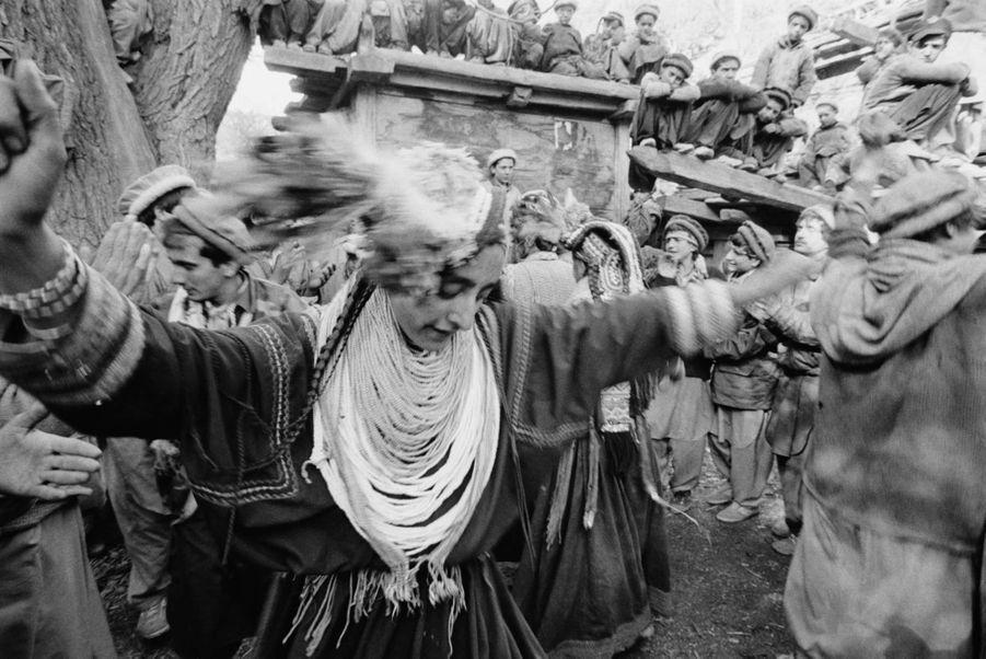 Pour les peuples indigènes, la danse est un puissant moyen d'expression de leurs croyances spirituelles. Dans les vallées étroites du Hindu Kush au Pakistan, les Kalash célèbrent le solstice d'hiver avec la cérémonie du choimus. Les jeunes filles portent des costumes ornés de coquillages et des colliers de noyaux d'abricots. Elles dansent autour d'un feu de joie, chantent des hymnes adressés à l'esprit Balomain et offrent des fruits de saison à leurs ancêtres.