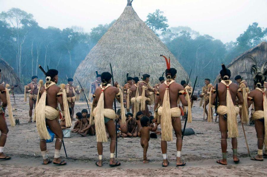 """L'apogée de la cérémonie est un somptueux banquet durant lequel sel, manioc et miel sont échangés avec les esprits yakairiti. La taille des hommes est ceinte de fibres de palmier, leurs colliers décorés de plumes d'ara rouge, de hocco ou encore de faucon. Ils se déplacent en cercle à pas lents, la profonde mélodie des flûtes en bambou accompagnant leurs chants. Cependant ces dernières années, la tribu a éprouvé des difficultés à accomplir le Yãkwa, en raison de la raréfaction du poisson due à la déforestation et à la construction de barrages hydroélectriques. L'Unesco a récemment appelé à la """"sauvegarde urgente"""" du rituelyãkwa, en l'inscrivant sur la liste du """"patrimoine culturel immatériel de l'humanité""""."""