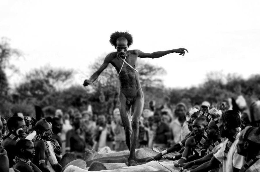 En Ethiopie, avant qu'un Hamar puisse se marier, il doit s'élancer à saute-mouton sur une rangée de bétail. Son corps est enduit de bouse pour lui donner de la force, tout comme le bétail, mais pour le rendre glissant. Un homme doit sauter sur plus de 30 bêtes à quatre reprises sans tomber. S'il y parvient, il devient un Maza; les hommes qui ont réussi cette épreuve jusqu'au bout ont alors accompli leur rite de passage. Les Hamar ainsi que d'autres tribus vivent dans la vallée inférieure de l'Omo depuis des siècles; la région est depuis des millénaires un carrefour culturel où a convergé une grande diversité de peuples migrants.