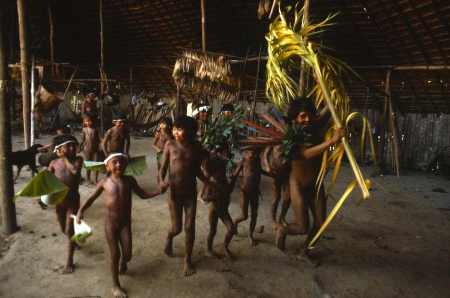 """L'un des combats de l'organisation Survival International est de mettre en garde contre les dangers de la mondialisation quant à la diversité culturelle des peuples indigènes. Quoi de mieux que des images pour illustrer son propos: ici, des photos de fêtes et rituels rappellent que chaque groupe humain a une vision distincte du monde, des priorités spécifiques et la maîtrise du mode de vie qu'il a choisi. Par Joanna Eede. """"Nous chantons avec des voix différentes, mais nous chantons à propos de la même Terre"""", dit Davi Kopenana Yanomami."""