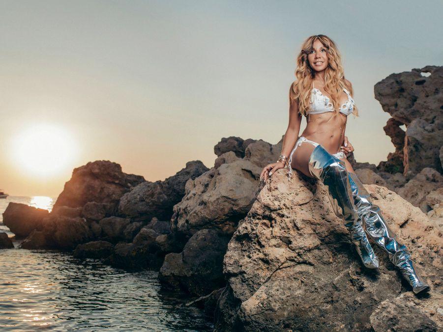 Bikini au crochet et bottes Balenciaga, Cathy dans la crique de Bagatelle.