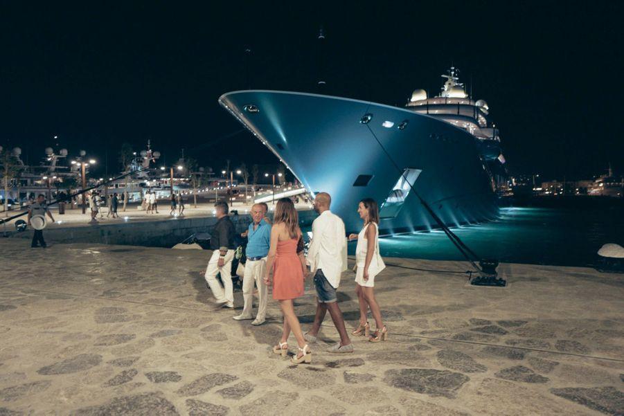 Un superyacht amarré dans la marina de la ville d'Ibiza