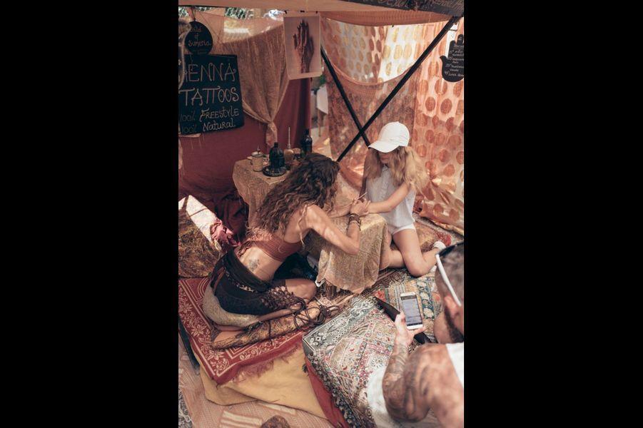 Une touriste se fait faire un tatouage au henné au marché hippie de Las Dalias, dans le nord-est de l'île.