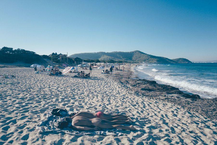Les nudistes profitent des derniers rayons du soleil sur la plage d'Es Cavallet.