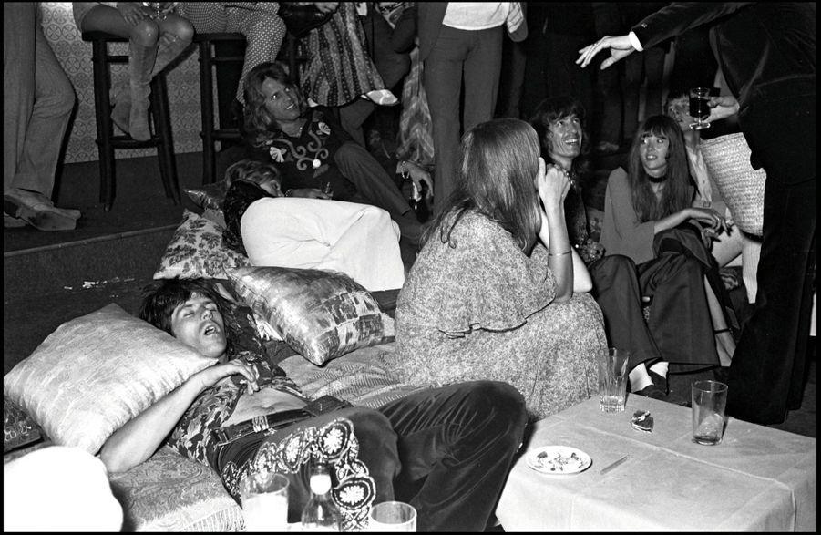 Keith Richards, fatigué des agapes du mariage de Mick Jagger, et sa compagne, Anita Pallenberg, dans ce qui était un salon libanais, importé intégralement du pays du Cèdre, aujourd'hui transformé en salle de soins.