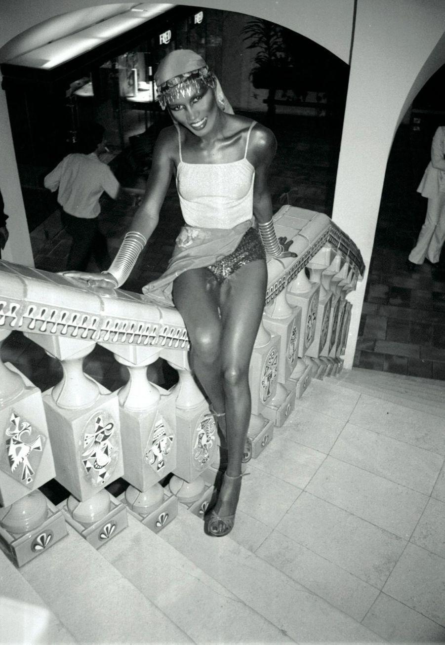 Grace Jones en1978 devant larampe d'escalier en céramique deRoger Capron, quitravaillait avec Picasso.