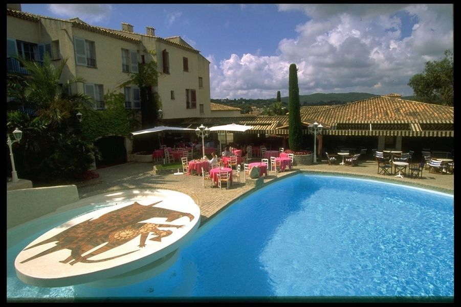 La piscine et son promontoire orné d'une mosaïque, une « signature » del'hôtel