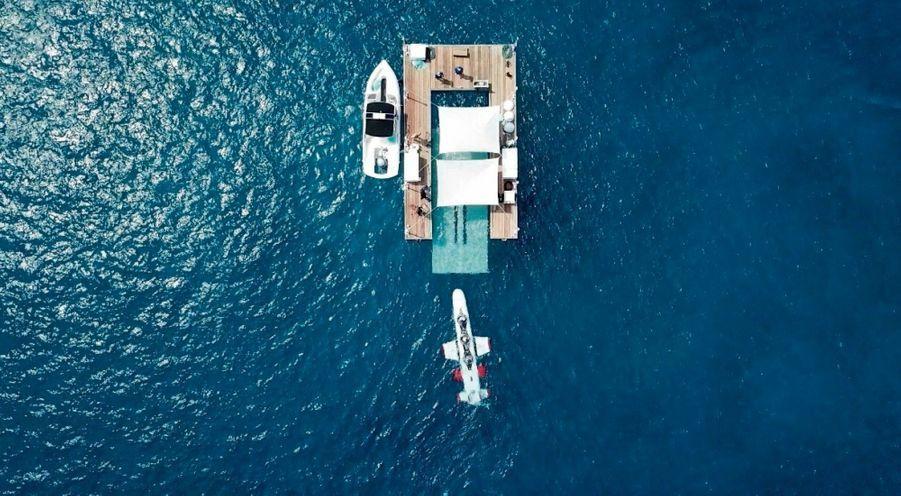 Les « bulles » du sous-marin étant juste au-dessus de la ligne de flottaison, la mer doit être d'huile.