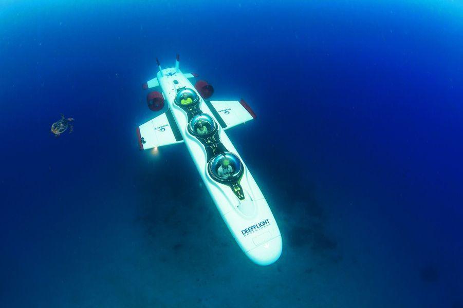 Le bateau emmène les passagers vers la barge, située à une centaine de mètres au large.