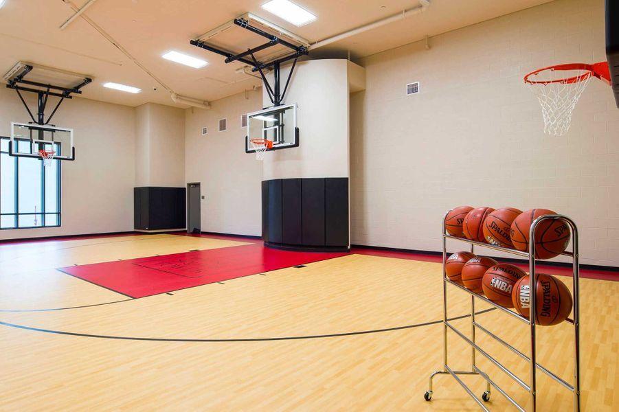 Dans les parties communes: un terrain de basket.