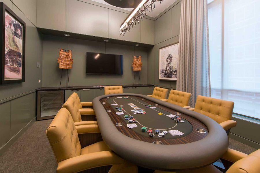 Dans les parties communes: une table de poker.