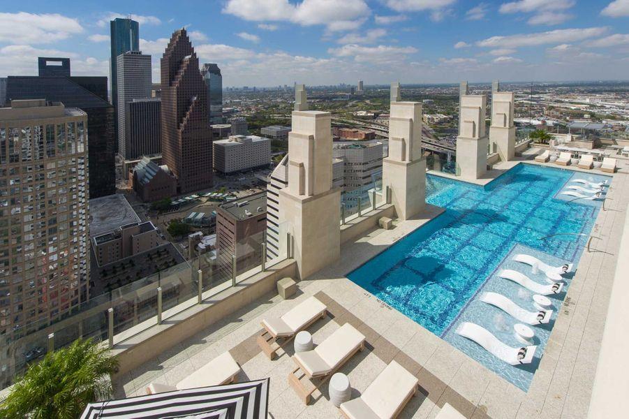 Une partie de la piscine est dotée d'un fond transparent.