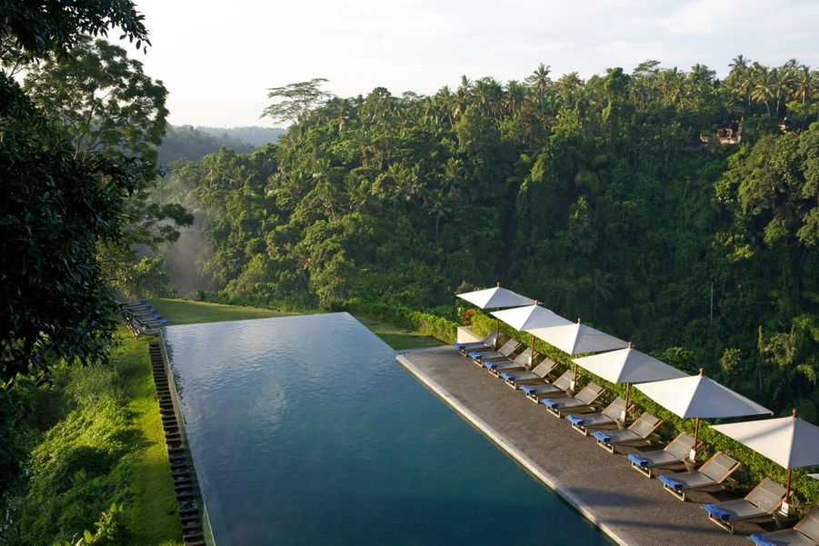 Puisqu'il faut bien récupérer avant le long voyage retour vers l'Europe… L'« Alila » permet un stop de quelques jours à Bali au sein de son hôtel Alila Ubud. Niché dans la jungle balinaise, il abrite une des plus belles piscines du monde (en haut), ainsi classée par le magazine américain « Travel + Leisure ». Et par tous les instagramers qui y sont allés. A flanc de colline, le bassin à débordement offre une vue stupéfiante sur la végétation environnante, entouré par la musique mystérieuse de la forêt. Une dernière vision de l'Indonésie avant de rentrer chez soi.